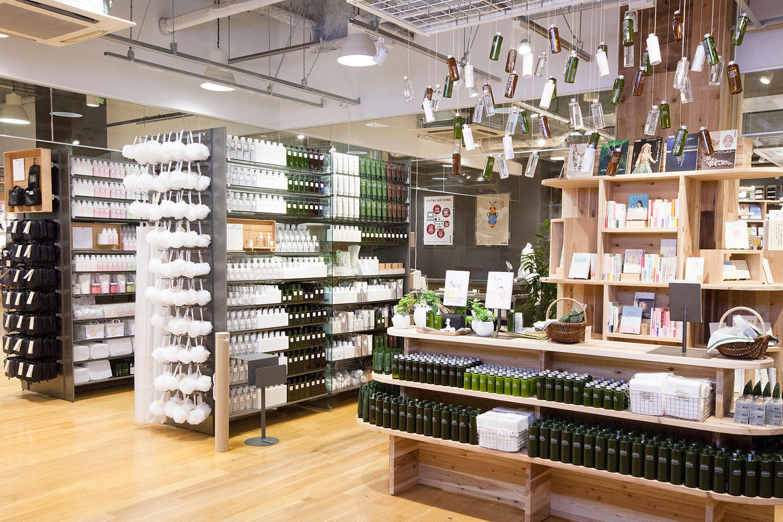 muji book 纳入,从一楼延展到三楼的书柜,都是由日本建筑组合