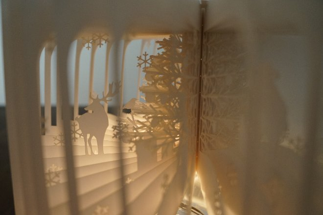 日本建築師大野友資(Yusuke Oono)最近突發奇想,將小朋友的平面故事書變成「3D 版本」(…拿出 3D 眼鏡的朋友請放下),利用他平時製作建築模型常用的繪圖軟體 3D CAD 和雷射雕刻技術,把聖誕老人進城去的故事內容「刻畫」出來,將第一版得到「You Fab 2012 國際設計大獎」(You Fab 2012 International Design Contest)的《360°Book》,進階成充滿冬日奇幻冒險的《360°Book Christmas Versio