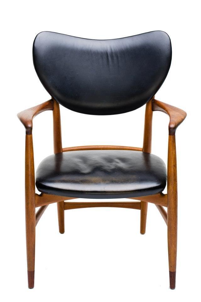 Willy 則是個不折不扣的「設計狂」、「設計癡」,甚至是「設計瘋子」(以上用語絕對出自 Millais 和 Willy 之口,編者拍胸脯保證)。本業從事半導體的 Willy,因為 3 年前偶然看到日本出版的某本書籍裡用「世界上最美麗的扶手椅」形容一張椅子,後來更得知 MOT / CASA 有引進這張椅子,因此特別從新竹坐高鐵北上,本來心想一把椅子了不起 10 萬元吧!沒想到,當他真的看到這張由Onecollection 重新復刻、Finn Juhl 所設計的《45 號椅》(Model 45)並詢問單價時