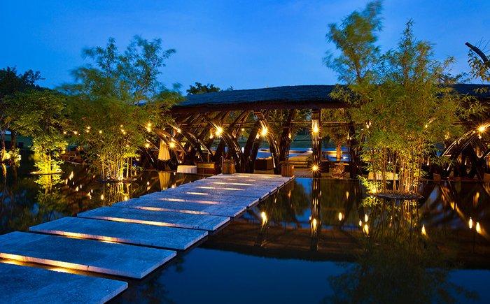 6. 普吉納卡(Naka Phuket)度假區,泰國 普吉納卡度假區在去年正式開張,不過想要到這片由泰國建築師 Duangrit Bunnag 所設計的獨特休閒度假區可沒這麼簡單因為你只能通過一條專為該度假區旅客所修築的孤立山區道路,才能抵達。 普吉納卡的主體,是層疊結構的數十座火柴盒形狀之複合式鄉村別墅組合,每一座別墅相互自地板銜接到天花板的懸臂式結構與落地玻璃帷幕,是順著地勢延伸所做的設計,如此也為建築獲得了良好的景觀視野。而每座別墅又都擁有一個飽覽海景的私人陽台,想慵懶地曬日光浴或靜靜欣賞山景海色