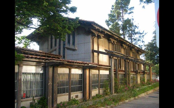 正方形窗户的复式别墅外观图片
