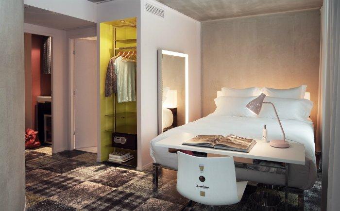 位在法國馬賽的 MAMA shelter 設計旅館分店是設計師菲利普.史塔克近期的設計代表作之一。在這個設計旅館內,從空間配置、裝潢、佈置、物件擺設、家具、燈光、投影裝置等,無一不是發揮史塔克奔放不羈的奇幻異想,目的就是要帶給每個?#27599;?#19968;個不只是旅店、而是全新居住風格的體驗。 創造全新的生活體驗和 LIFESTYLE! 史塔克表示,在 MAMA shelter 馬賽分店的設計中,他的概念是?#24179;?#22320;域性,運用全球性共通的設計語彙,創造出一種風格意象當代的居住空間,同時間卻也不會因此而顯得冰冷缺乏情感,「因為 M