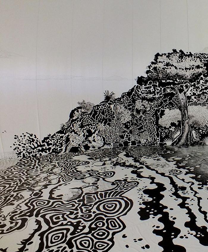 日本瀨戶內國際藝術祭分為春秋兩季,目前秋季展有件超酷的作品,為巴西藝術家 Oscar Oiwa 用麥克筆畫出一幅室內海濱小島圖,範圍從牆面延伸到地板,有海浪、小屋和樹林,光著腳走在上面超有FU,感覺下一秒就會有個戴著斗笠的日本老婆婆從屋裡走出來!  瀨戶內國際藝術祭 2013(Setouchi Triennale)秋季展於日前開始,展區遍佈在瀨戶內海的各個小島上,呼應多島地形而生的藝術季主題自然是圍繞在島嶼文化中,其中在伊吹島上的作品《大岩島2(Oiwa Island 2)》則是一幅巨型畫作,來自巴西的藝